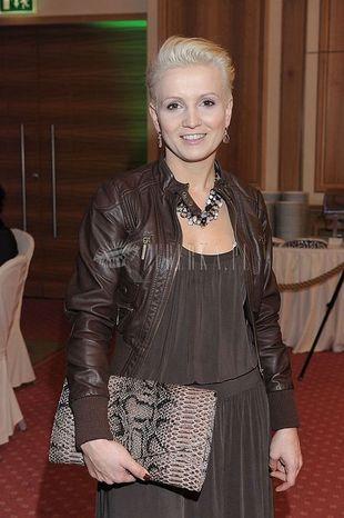 Marta Kuligowska: wężowa torebka i różowe botki
