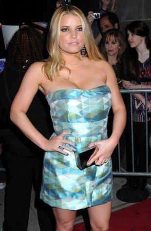 Jessica Simpson w mini w geometryczne kształty