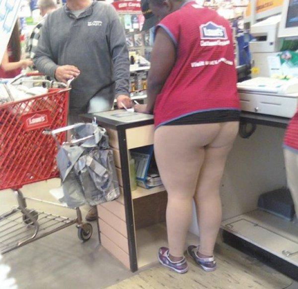 OMG! Dlaczego te kobiety wyszły z domu bez spodni?!
