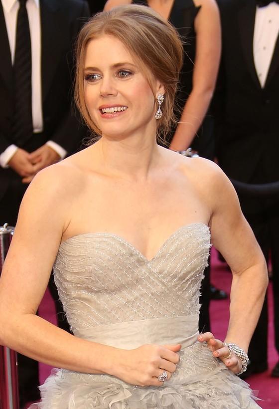 Amy Adams w jasnej sukni Oscara de la Renty