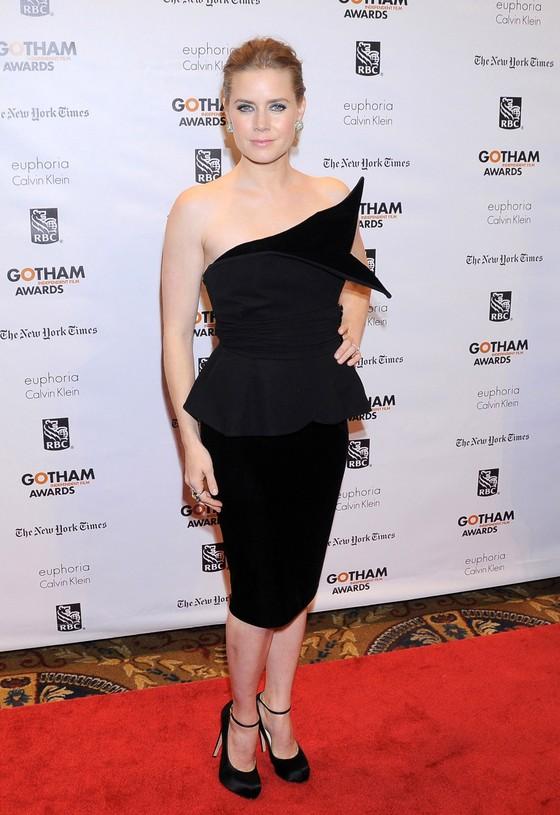 Amy Adams w czarnej sukni Giorgio Armani