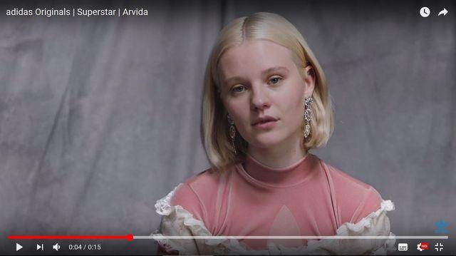 Okropny atak na modelkę, która w kampanii Adidasa pokazała nieogolone nogi