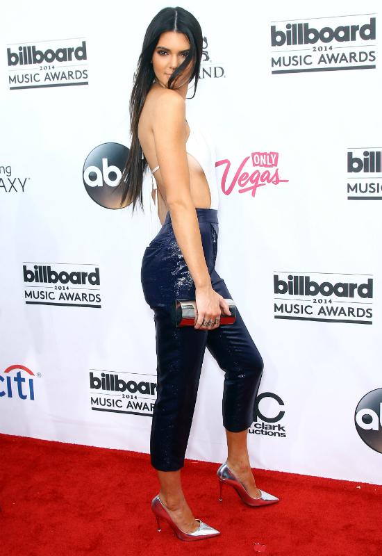 Kendall Jenner pokazała się bez makijażu, aby nauczyć fanów jak używać bronzera!