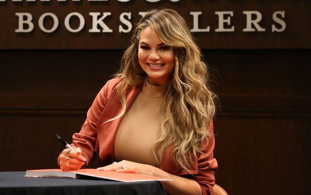Chrissy Teigen dumnie pokazuje brzuszek na premierze książki
