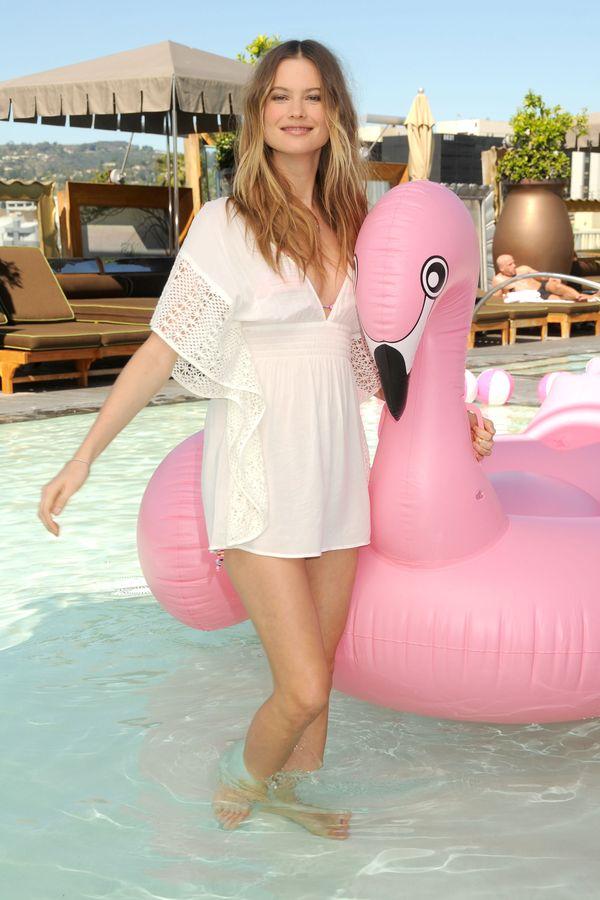 Seksowna Behati Prinsloo w basenie (FOTO)