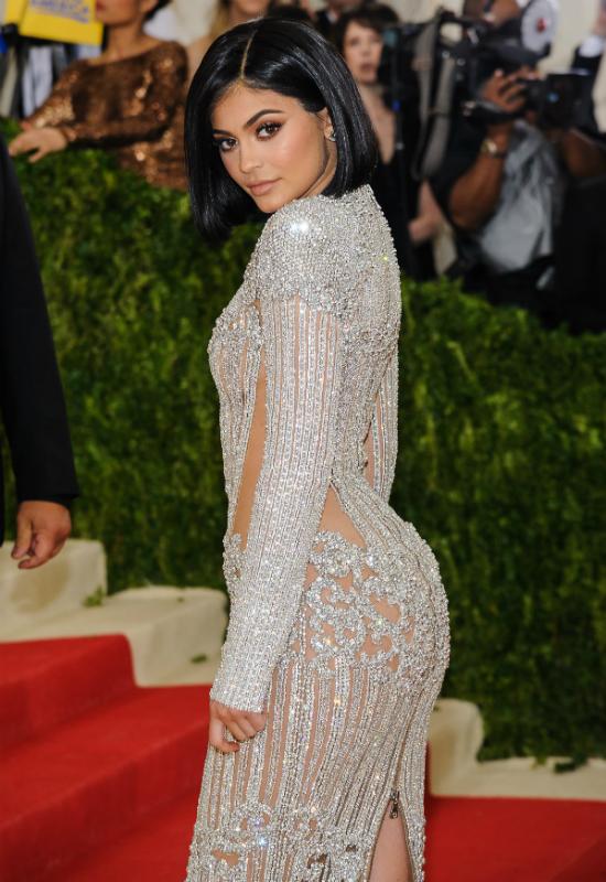 """Chirurg rozpływa się nad urodą Kylie Jenner: """"wyleczyła kobiety z kompleksów!"""