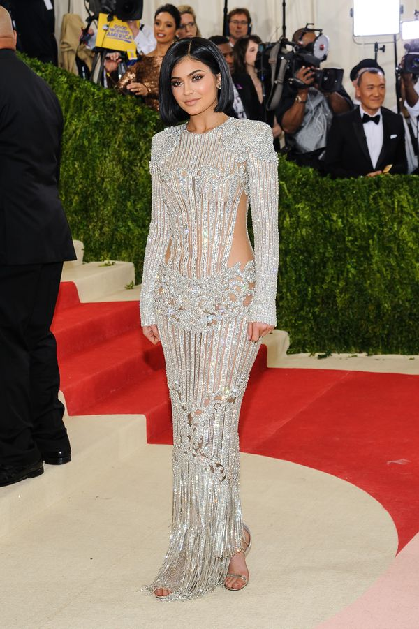 Kylie Jenner pokazała, że noszenie pięknych sukni jest... bolesne