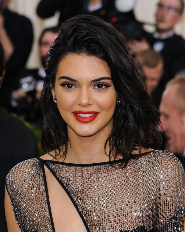 Makijażystka na jednej połowie twarzy zrobiła makijaż Kylie, na drugiej Kendall
