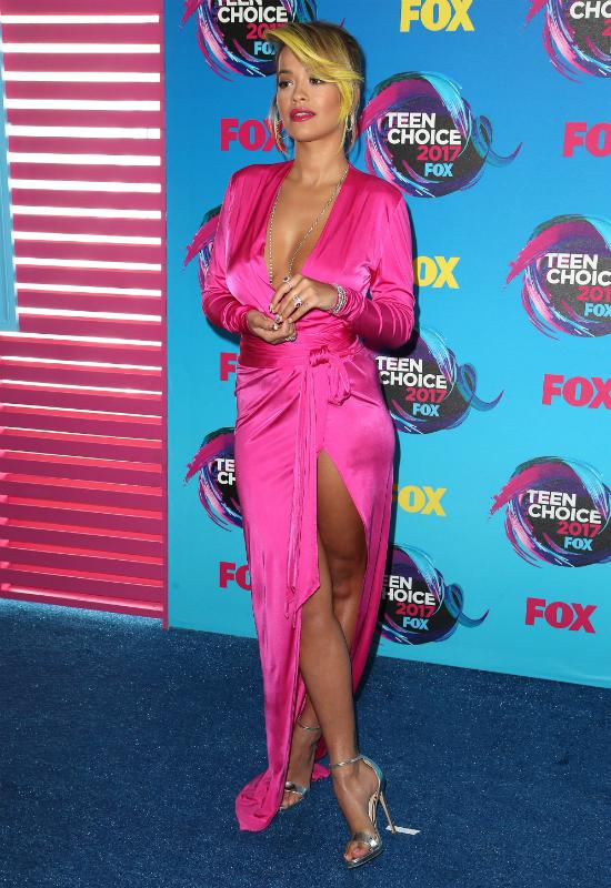 OMG! Rita Ora zmienia fryzurę i pokazuje najbardziej epicki manicure ever!