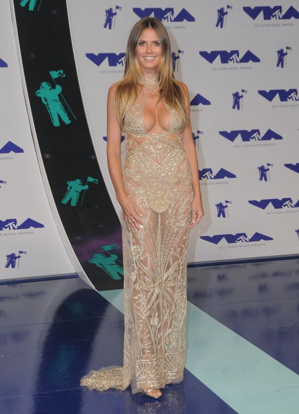 Najbardziej odważny dekolt na imprezie? Nie należy ani do Jennifer Lopez, ani...