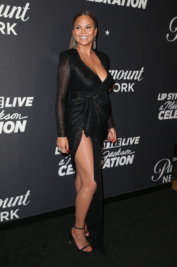 Chrissy Teigen pokazała, jak podtrzymuje biust w TAKICH sukienkach! (FOTO)