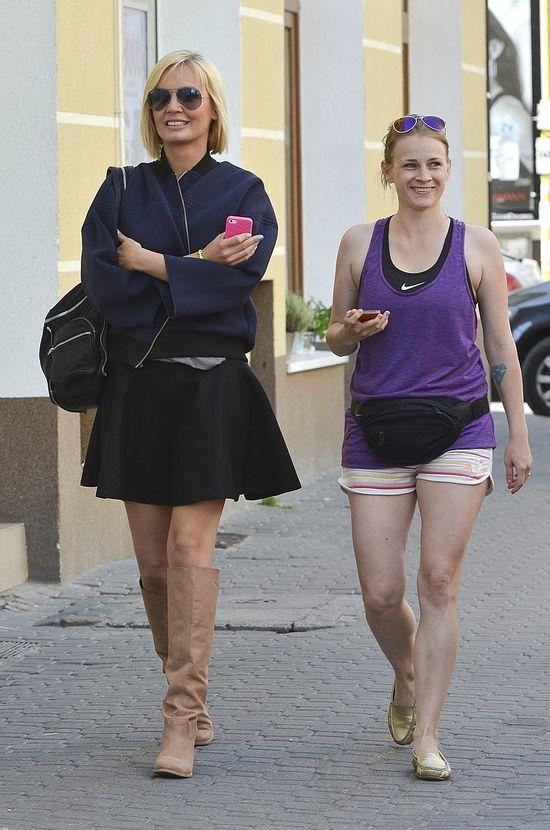 Agnieszka Szulim w czarnej spódnicy i kurtce bomber