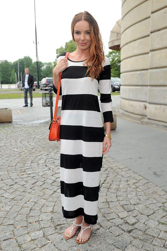 Agnieszka Włodarczyk w pasiastej sukience (FOTO)