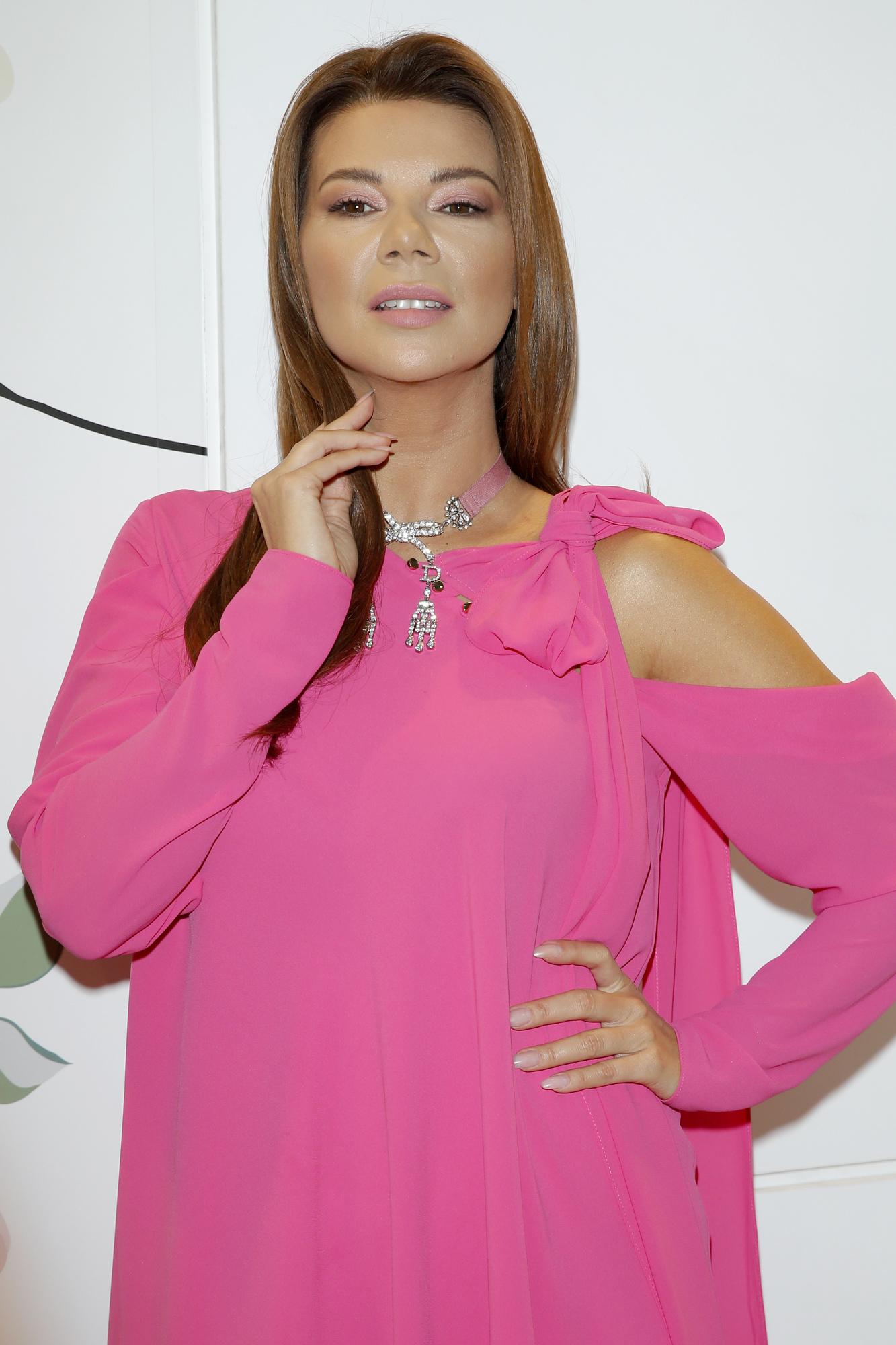 Zmęczona Edyta Górniak w różowej tunice pozuje na Targach Beauty