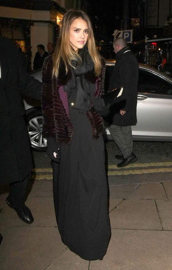 Jessica Alba w fioletowym futrze