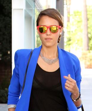 Jessica Alba w niebieskim blezerze