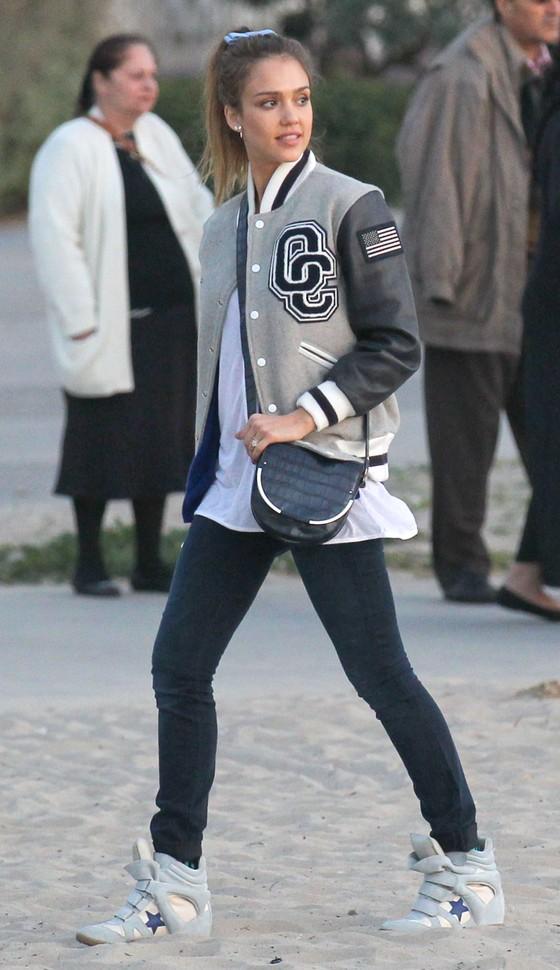 Jessica Alba w sneakersach