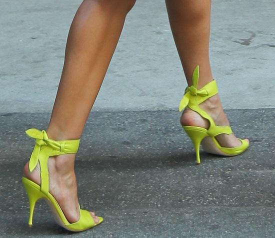 Jessica Alba w żółtych szpilkach