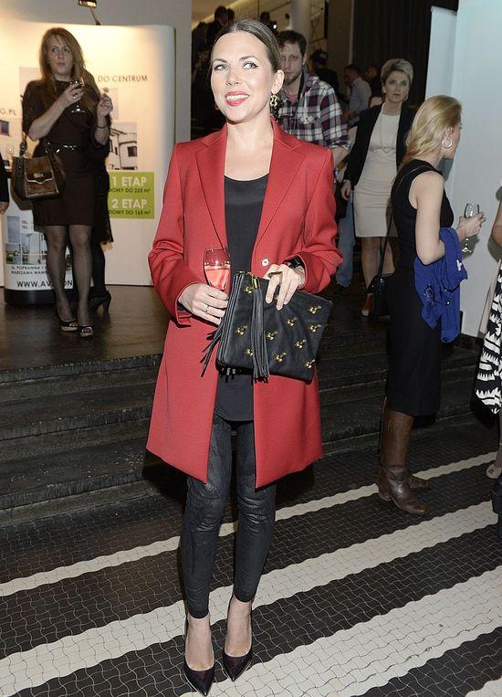 Aleksandra Kwaśniewska w czerwonym płaszczu