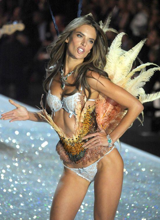 Alessandra Ambrosio boi się operacji plastycznych...