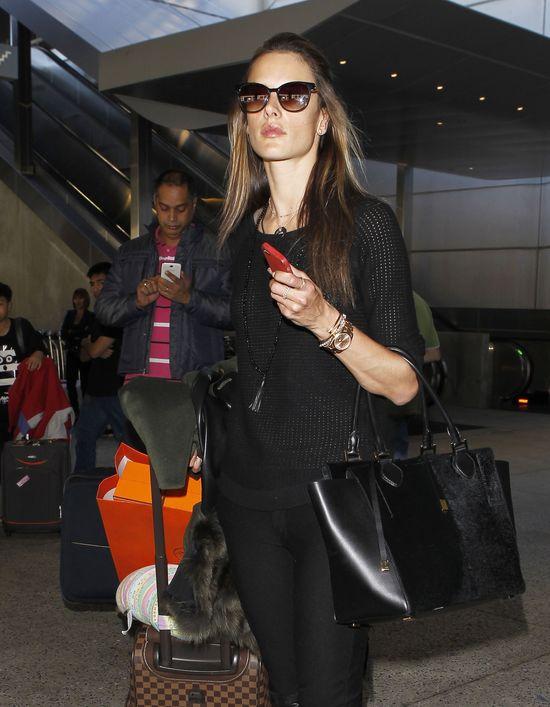 Alessandra Ambrosio i jej total look w czerni (FOTO)