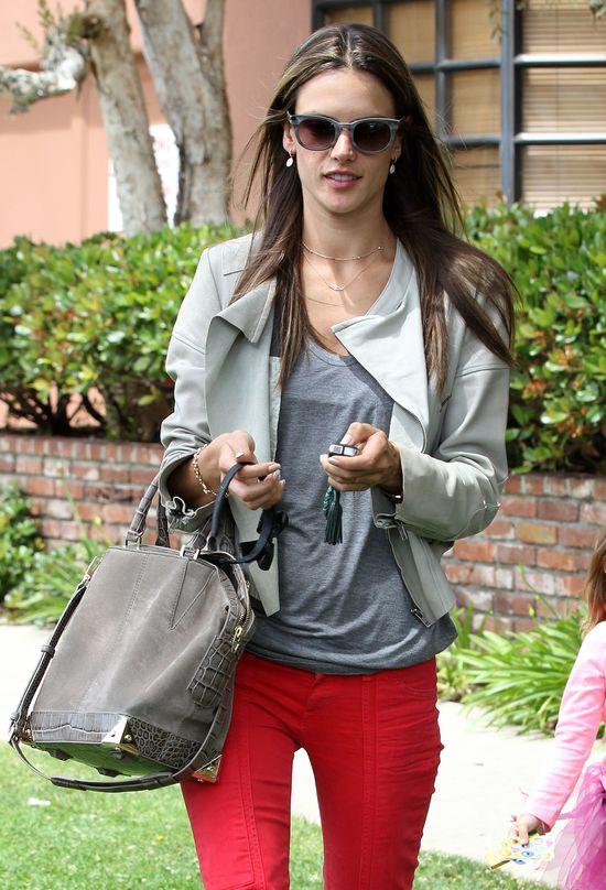 Alessandra Ambrosio w czerwonych spodniach
