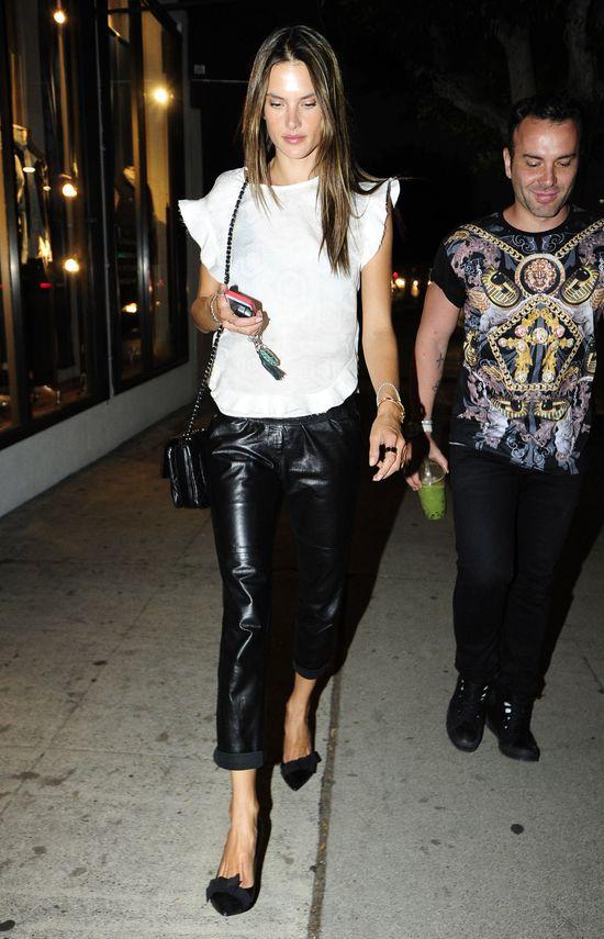 Alessandra Ambrosio w skórzanych spodniach