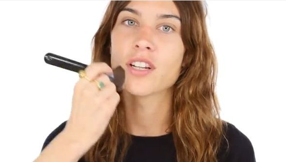 Lisa Eldridge maluje Alexę Chung (VIDEO)