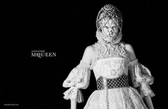 Edie Campbell w kampanii Alexander McQueen jesień-zima 2013