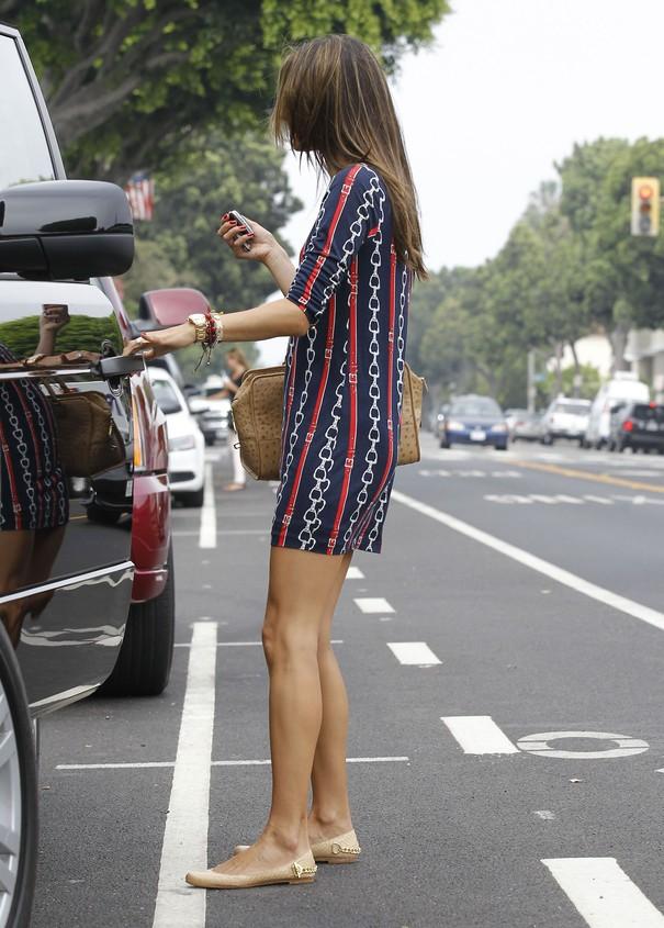 Alessandra Ambrosio w granatowej sukience