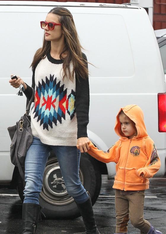 Alessandra Ambrosio i Nicky Hilton w takich samych swetrach