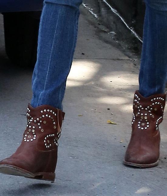 Alessandra Ambrosio w botkach z ćwiekami