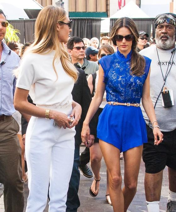 Candice Swanepoel i Alessandra Ambrosio w modnych zestawach
