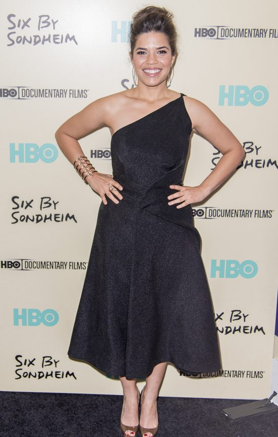 America Ferrera w sukience Donny Karan