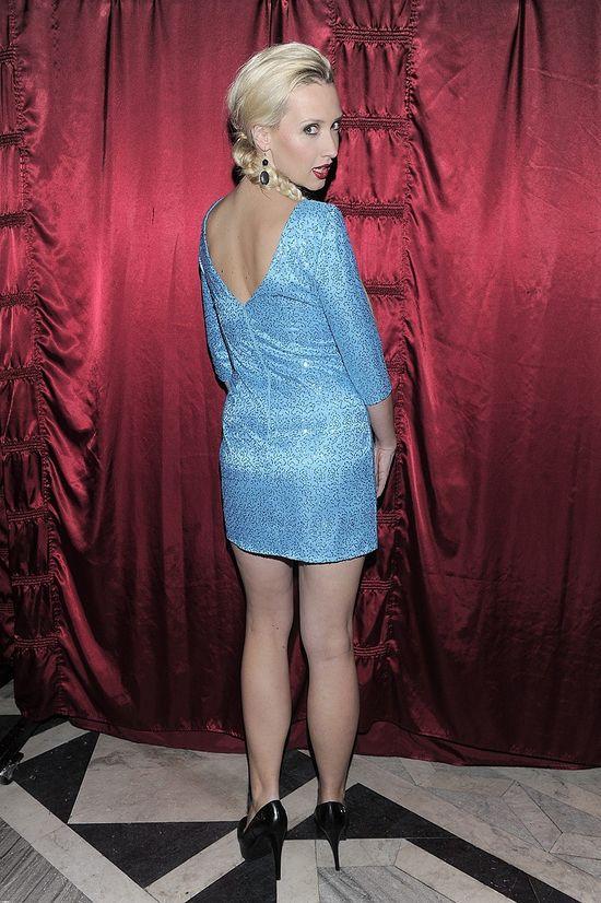 Ania Gzyra w błękitnej sukience i rozjaśnionych włosach