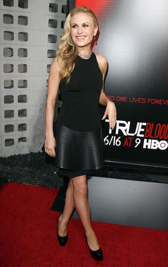 Anna Paquin w czarnej sukience