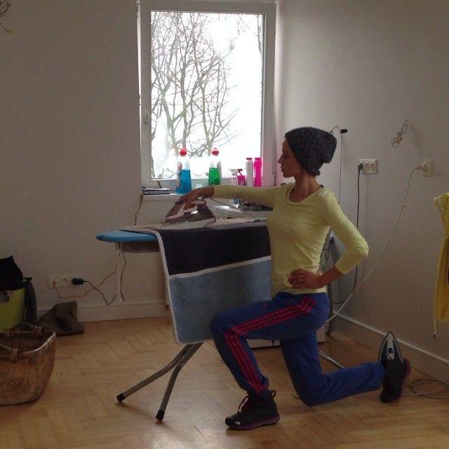 Anna Przybylska ćwiczy przy desce do prasowania VIDEO