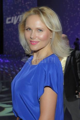 Anna Samusionek w niebieskiej sukience (FOTO)
