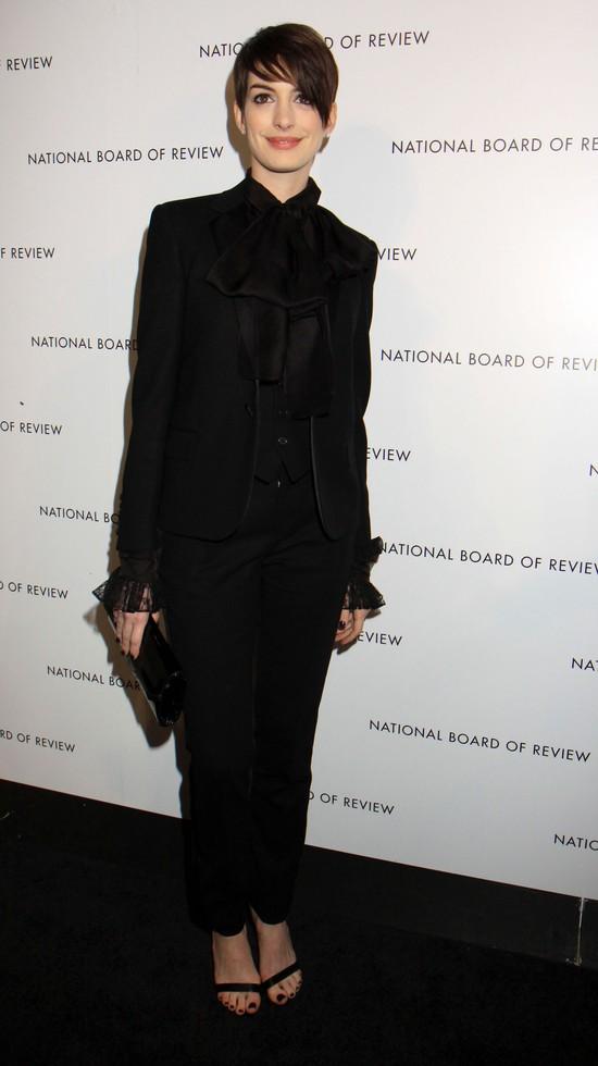 Anne Hathaway w męskim stylu (FOTO)