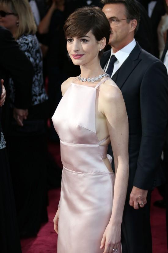 Anne Hathaway w jasnoróżowej sukni Prady (FOTO)