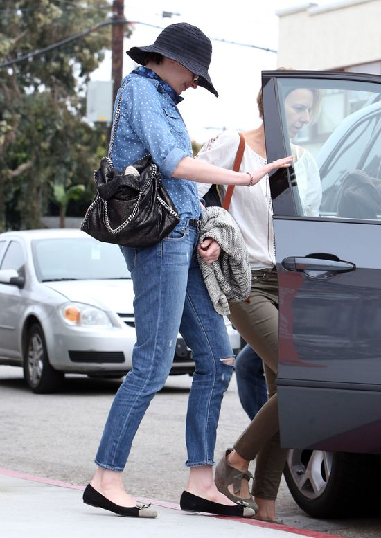 Anne Hathaway uwielbia słomanie kapelusze