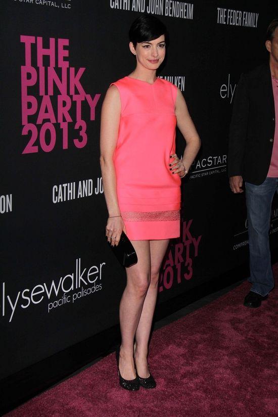 Anne Hathaway w skórzanej sukience J. Mendel (FOTO)
