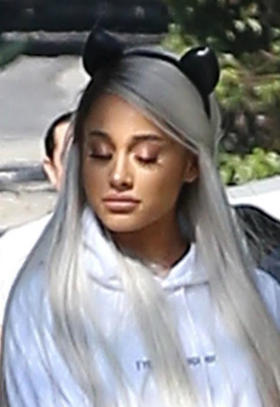 Ariana Grande w peruce próbuje ukryć fakt, że zrobiła sobie usta