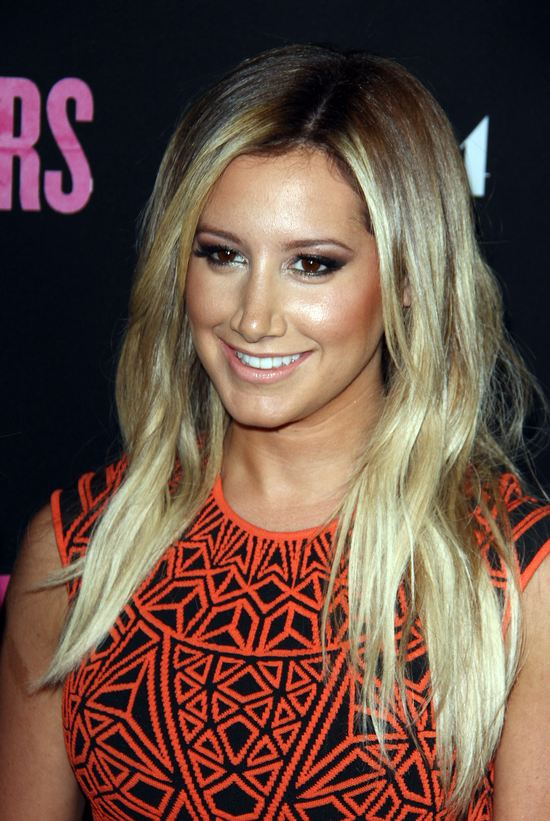 Ashley Tisdale seksowna w mini (FOTO)