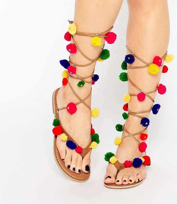 Wiemy gdzie kupić sandały z pomponami w stylu Alameda Turquesa!