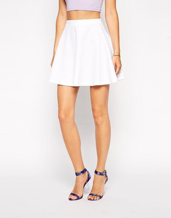 Biała rozkloszowana spódnica - must have na lato (FOTO)