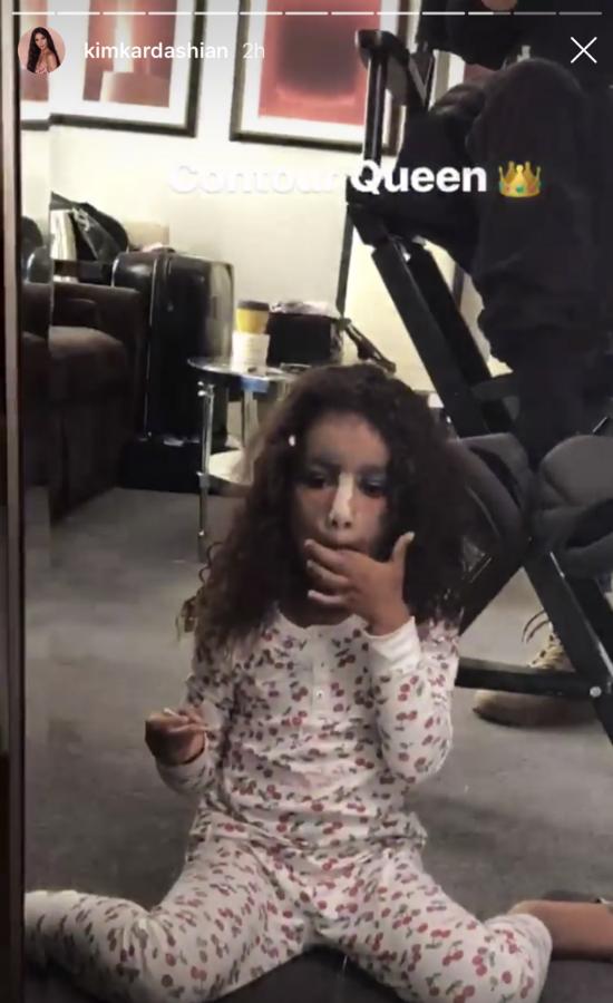 5-letnia North West odtwarza konturowanie Kim Kardashian! Urocze!