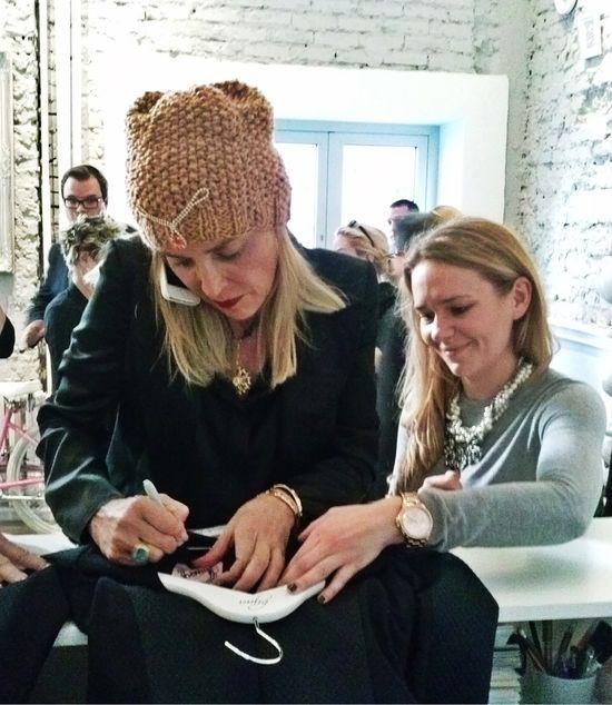 Sukienka bizuu podpisana przez Sharon Stone na aukcji WOŚP!