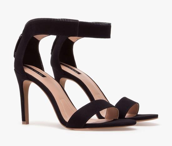 Czarne sandały na obcasie z paskiem - przegląd