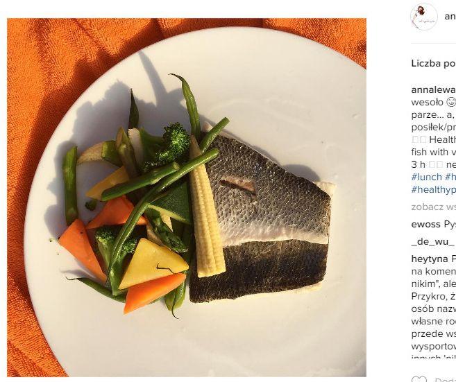 """""""Zdrowo i wesoło 😋 ryba z warzywami na parze... a, że jem co 3 h 👉🏻 następny posiłek/przegryzka - węglowodany"""" - napisała pod zdjęciem posiłku."""